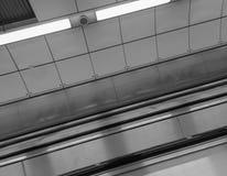 Barandillas de la escalera móvil fotografía de archivo