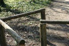 Barandillas de madera de un puente simple en naturaleza imagenes de archivo