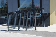 Barandillas dobles hechas del acero inoxidable en la calle Foto de archivo