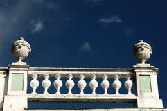 Barandillas en backgrou del cielo azul Imagen de archivo libre de regalías