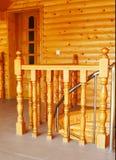 Barandillas en la casa de madera, moderna. Fotos de archivo