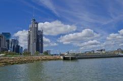 Barangaroo横跨水的塔建筑 图库摄影