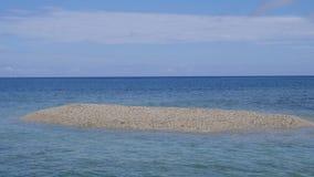 Barasueiland, dat met stukken van koraal wordt gevormd: een zeer zeer klein troosteloos eiland bepaalde de plaats van het noorden stock footage
