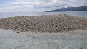 Barasueiland, dat met stukken van koraal wordt gevormd: een zeer zeer klein troosteloos eiland bepaalde de plaats van het noorden stock video