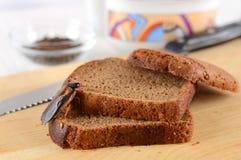 Barata no alimento na cozinha O problema é na casa devido às baratas Barata que come na cozinha imagem de stock
