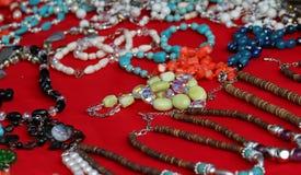 Baratijas del vintage para la venta en un mercado de pulgas en Roma Foto de archivo libre de regalías