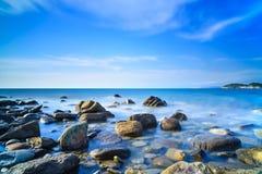 Baratti海湾,岩石在日落的蓝色海洋。托斯卡纳,意大利。 免版税库存照片