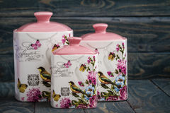 Barattoli ceramici con gli ornamenti e gli uccelli del fiore Fotografie Stock
