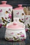 Barattoli ceramici con gli ornamenti e gli uccelli del fiore Fotografie Stock Libere da Diritti