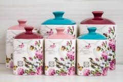 Barattoli ceramici con gli ornamenti e gli uccelli del fiore Immagini Stock Libere da Diritti