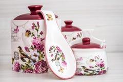 Barattoli ceramici con gli ornamenti e gli uccelli del fiore Fotografia Stock