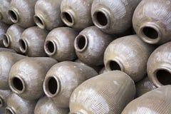Barattoli ceramici vuoti in distilleria immagine stock libera da diritti