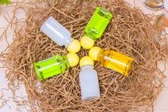 Barattoli con crema su carta kraftovy, stazione termale, profumeria, cosmetici Fotografia Stock