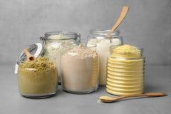 Barattoli con differenti tipi di farine Immagine Stock Libera da Diritti
