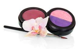 Barattoli con la lucentezza del labbro, ombretto, spazzola cosmetica, orchidea isolata Fotografia Stock Libera da Diritti