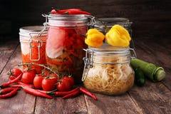 Barattoli con varietà di verdure marinate Alimento conservato immagine stock libera da diritti