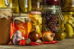 Barattoli con varietà di verdure marinate Carote, aglio di campo, prezzemolo in glas Alimento conservato Fermented ha conservato  immagine stock libera da diritti