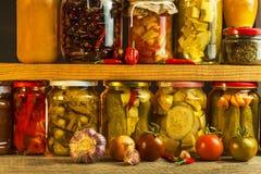 Barattoli con varietà di verdure marinate Carote, aglio di campo, prezzemolo in glas Alimento conservato Fermented ha conservato  fotografia stock