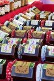 Barattoli del barattolo fatto domestico su una stalla Fotografia Stock