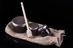 Barattoli del miele su un fondo nero Fotografie Stock Libere da Diritti