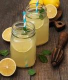 Barattoli del succo di limone Immagini Stock