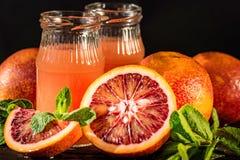 Barattoli del succo fresco dell'arancia sanguinella, fuoco selettivo Immagini Stock Libere da Diritti