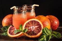 Barattoli del succo fresco dell'arancia sanguinella, fuoco selettivo Fotografia Stock Libera da Diritti