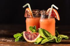 Barattoli del succo fresco dell'arancia sanguinella, fuoco selettivo Immagine Stock Libera da Diritti