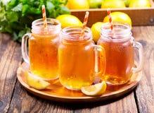 Barattoli del tè di ghiaccio del limone Immagini Stock Libere da Diritti