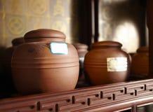 Barattoli del tè sullo scaffale Fotografia Stock