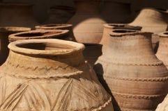 Barattoli dell'argilla al mercato arabo rurale Immagine Stock