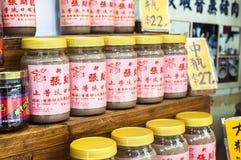Barattoli della pasta del gamberetto sulla vendita nel villaggio del Tai O, isola di Lantau, uff Immagini Stock