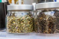 Barattoli delle foglie di tè e dei fiori secchi Immagine Stock Libera da Diritti