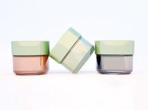Barattoli di argilla cosmetica isolati su fondo leggero Immagine Stock
