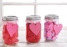Barattoli di Candy dei biglietti di S. Valentino Fotografia Stock