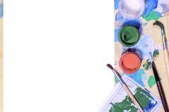 Barattoli di gouache di colore su fondo bianco Vista superiore, spazio della copia Immagine Stock Libera da Diritti