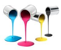Barattoli di latta del metallo che versano la pittura di colore del cmyk Immagini Stock