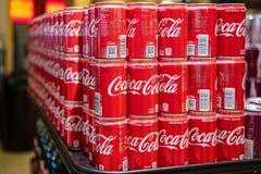 Barattoli di latta delle sode della coca-cola da vendere fotografie stock