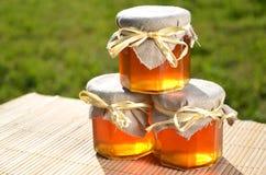 Barattoli di miele delizioso fresco Immagine Stock