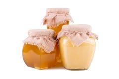 Barattoli di miele su un fondo bianco Immagini Stock Libere da Diritti