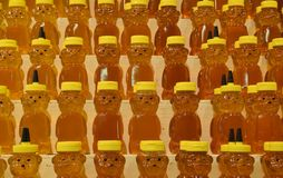 Barattoli di miele sugli scaffali Fotografie Stock
