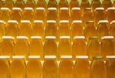 Barattoli di miele sugli scaffali Fotografia Stock Libera da Diritti