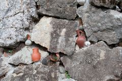 Barattoli di terra rotti in parete fotografia stock