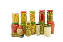 Barattoli di verdure conservati in vaso della raccolta vari isolati su bianco Immagini Stock