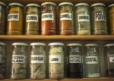 Barattoli di vetro con le essenze ed i minerali delle erbe Immagini Stock Libere da Diritti