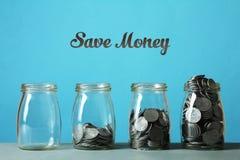 Barattoli di vetro con le monete Immagini Stock Libere da Diritti