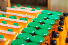 Barattoli e bottiglie con l'alimento di eco al bio- mercato Immagine Stock