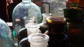 Barattoli e bottiglie delle erbe stock footage