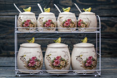 Barattoli rotondi ceramici con gli ornamenti e gli uccelli del fiore Fotografie Stock