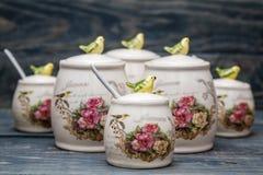 Barattoli rotondi ceramici con gli ornamenti e gli uccelli del fiore Immagine Stock